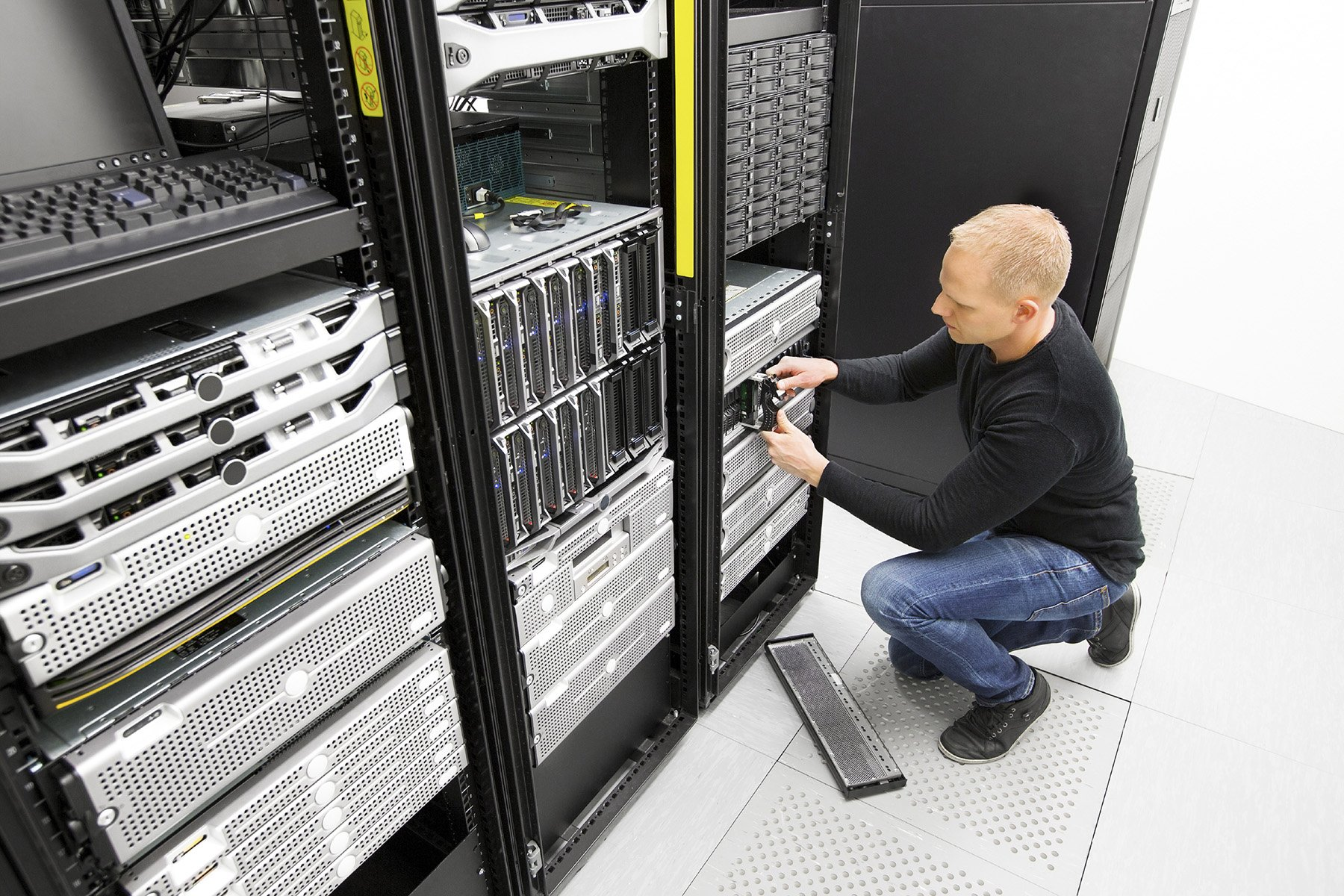 It engineer replace harddrive in datacenter